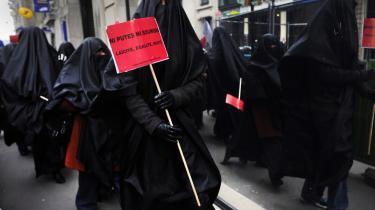 Forvirring. 'Hverken luder eller underkastet,' står der på de demonstrerende kvinders skilte. Det er muslimske parisiske kvinder, der kræver burkaforbud. I den hjemlige presse blev budskabet til det modsatte.