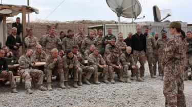 Fremmede soldaters tilstedeværelse over en længere periode skaber flere problemer end løsninger - som f.eks i Afghanistan. En soldat kan ikke den ene dag løse opgaver, der medfører død og ødelæggelse, og den næste dag være symbolet på tryghed og sikkerhed, skriver Poul Dahl.
