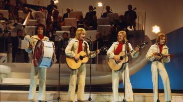 Glimt fra et halvt århundredes Melodi Grand Prix: Grethe og Jørgen Ingmann (1963), Tommy Seebach (1979), Gustav Winckler & Birthe Wilke (1957), Mabel (1978) og Brødrene Olsen (2000).