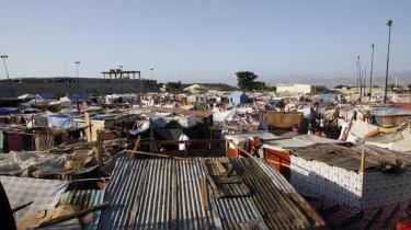 Mange haitianere må leve under kummerlige forhold, mens de venter på nødhjælp og den senere genopbygning af de hjem og det samfund, de mistede ved jordskælvet. De virksomheder, der skal og kan hjælpe, tænker dog ikke kun nødvendigvis på, hvordan de bedst gør en positiv forskel, men ofte på hvordan de kan profitere af den situation, Haiti og befolkningen nu er i.