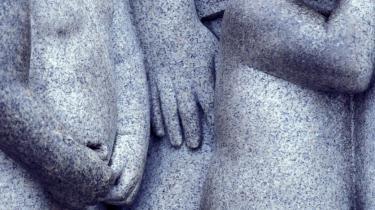 Drengeverden. Der er godt med både ironi og kærlighed, slagsmål og ømhed, mærkværdigheder og skøn almindelighed fra en drengeverden, lige før nutiden bryder igennem, og hvor nøjsomhedens lille hverdag på let distance lyser af nostalgi, tristesse og gåpåmod i Roy Jacobsens nye roman, 'Vidunderbarn'. På billedet ses en skulptur af Gustav Vigeland, der kan ses i Vigeland Park i Oslo Vigeland.