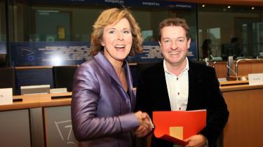 Connie Hedegaard (K) fik i går lidt hjælp fra Venstre i EU-Parlamentet, der modsat deres hjemlige partifæller gerne ville gå med til lidt mere ambitiøse klimamål.