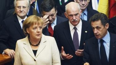 EU's ledere var i går samlet til topmøde, og både Tyskland og Frankrig signalerede på forhånd, at de er parate til at frelse Grækenland - her repræsen-teret af den græske premier-minister George Papandreou (forreste række i midten) - fra fallit.