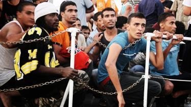 En outsourcing af grænsekontrollen til lande langt fra Europas grænser har vist sig effektiv i EUs kamp mod migranter. På den måde kan flygtningestrømmen stoppes længe inden konventionerne træder i kraft. Berlusconi viste vejen og betalte fem milliarder dollar og en antik statue for at få Libyen til at stramme alvorligt op på sin grænsekontrol. Nu er turen kommet til Tyrkiet