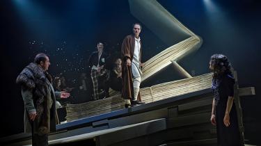 Niels Ellegaard støtter hånden mod Biblen og blikket mod Søren Østergaards Djævel i Århus Teaters visuelt spektakulære 'Mesteren og Margarita', som Channe Nussbaum besynger med jiddisch kynikerstemme under klovnehatten.