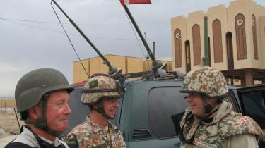 Forsvarsminister Søren Gade (t.h.) på besøg i Irak i april 2007. Det var i forlængelse af dette besøg, at det blev besluttet at sende Jægerkorpset til Irak.