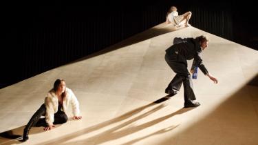 I Århus Teaters opførelse af 'Et Dukkehjem' ses Ene Øster Bendtsen, Peter Flyvholm og Anne Sofie Espersen forcere en art skater-rampe. Den er en del af fornyelsen af scenografien i det dukkehjem, der glider fra hinanden - og som Nora fysisk glider ud af.