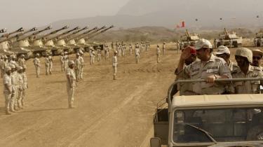 Den saudi-arabiske vice-minister for forsvar og flyvevåben, prins Khaled bin Sultan, inspicerer tropperne. Saudi-Arabien vil til at producere våben. Det skal ske for at sikre landets selvstændighed og for at undgå overraskelser under væbnede konflikter, siger ministeren.