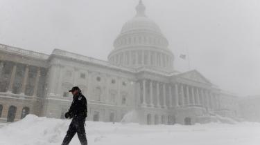 Koldt vejr udenfor har været med til at skabe mod vilje mod klimatiltag, mens politkerne indefor på Capitol Hill diskuterer nye klimatiltag.
