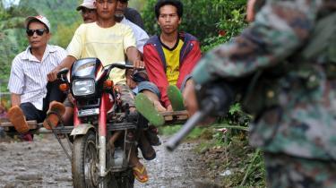 Befolkningen i Filippinernes sydligste øgruppe, Mindanao, søger i stort antal til udlandet efter arbejde, bl.a. på grund af væbnet konflikt mellem oprørsgrupper og regeringshær i regionen. Men folk migrerer også fra de mere 'fredelige' dele af Mindanao, hvor multinationale selskaber opkøber landbrugsjorden og udfører rovfiskeri, hvilket gør det svært for lokalbefolkningen at overleve økonomisk.
