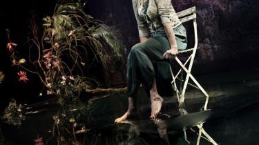 Karen-Lise Mynster suger tilskueren med ind i sorgen   som kvinden, der er helt alene på sin egen øde ø i 'Et år med magisk tænkning'.