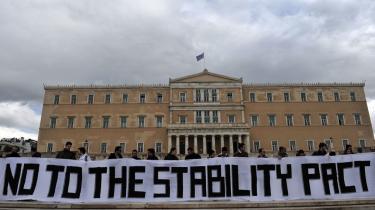Grækere proteresterer mod EU's Stabilitetspagt og ønsker ingen hjælp fra resten af Europa, og tyskerne ønsker heller ikke at hjælpe, selvom Tyskland har klare interesser i en græsk redningsaktion .