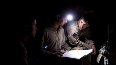 På patrulje i Marjah, hvor NATO-bomber i går angreb tre busser. NATO dræbte dog ikke Taleban-folk, men 27 civile, der var på vej til Kandahar.
