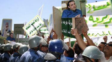 Demonstration foran den schweiziske ambassade i Tripoli. En af to tilbageholdte schweizere risikerer fire måneders fængsel, fordi han er fanget i konflikt mellem Schweiz og Libyen.