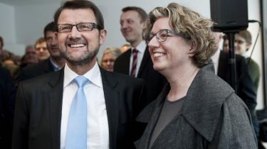 Videnskabsminister Helge Sander overdrog i går eftermiddags sit ministerium til den konservative Charlotte Sahl-Madsen. 'Et nemt job' fordi der i regeringen har været enighed om, hvilken vej Danmark skulle på området, mente Sander.