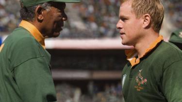 Clint Eastwoods 'Invictus', der handler om Nelson Mandelas forsøg på at samle Sydafrika om landets rugbyhold, er en glimrende, velment og sympatisk film, der indimellem insisterer lidt meget på at være sympatisk