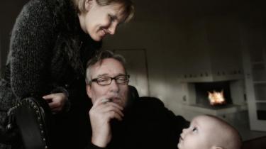 Camilla af Rosenborg kæmper mod myndighederne for at få lovliggjort dampcigaretten i Danmark. Hendes mand, der er direktør i firmaet bag produktet kalder den: e-cigarettens Rolls-Royce