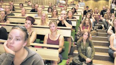 Universiteterne skal fremover kunne smide studerende ud, hvis de ikke har været studieaktive i et år. Forslaget får opbakning af rektorerne og DI, mens de studerende frygter at blive smidt ud i arbejdsløshed