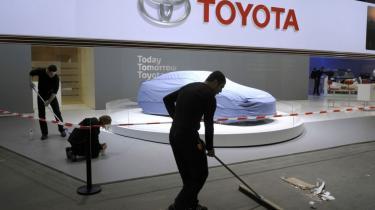 Over otte millioner biler er blevet kaldt tilbage, og det japanske industriflagskib Toyota er i krisevind. De amerikanske myndigheder gør deres for, at den bliver strid, mener kritikere