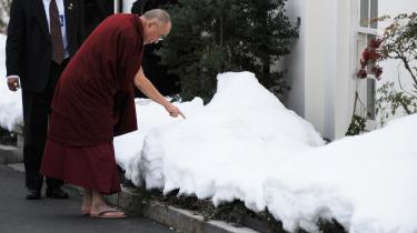 Dalai Lama tegner med sin finger i sneen uden for Det Hvide Hus efter et møde med præsident Obama i sidste uge.  Mødet affødte kinesisk protest. Spørgsmålet er, om Dalai Lama kommer længst ved ikke at ses som en politisk aktør.