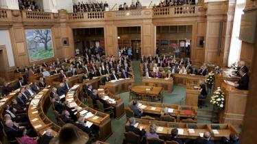 Den politiske debat lider under de mange spørgsmål, mener Helge Adam Møller (K). Per Clausen (Enh.) er uenig.