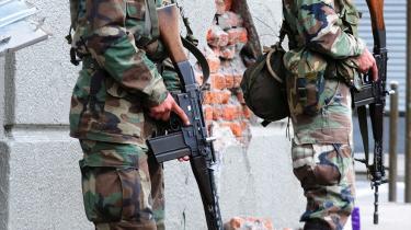 Præsident Michelle Bachelet har indsat 10.000 soldater for at få bugt med plyndring og vold efter jordskælvet.
