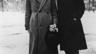 Selvmord. Klaus Manns selvbiografi er et enestående tidsdokument, der dog er underligt renset for konfliktstof som hans stofmisbrug og homoseksualitet, men dog berører hans tanker om selvmordet. Her er Klaus Mann sammen med Ricki Hallgarten i cirka 1925.