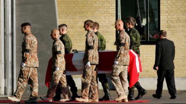I oktober 2005 døde premierløjtnant Bjarke Olsen Kirkmand, hvis far nu er en af de sagsøgere, der hævder at Danmarks deltagelse i Irak-krigen var en overtrædelse af grundloven.