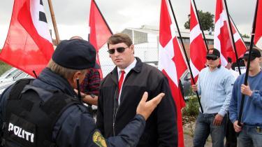 Ved demonstrationer både på venstrefløjen og højrefløjen er der oftest observatører fra den modsatte fløj til stede, som dokumenterer begivenheden og tager billeder af de deltagende. Her er vi ved en hyldestdemonstration i 2007 for 100-150 nazister i Byparken i Kolding til ære for nazisten Rudolf Hess. Autonome moddemonstranter kastede blandt andet æg efter nazisterne