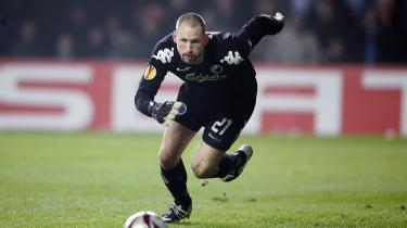 Kan endnu. FCK's målmand i aktion mod Olympique Marseilles i Parken. Trods FCK's rekordstore økonomiske problemer kan de ikke afskrives som vindere af den kommende Superligaturnering.