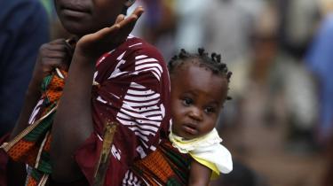 Det demokratisk valgte  parlament i Uganda er ved at vedtage en skærpelse af lovgivningen mod homoseksualitet, således at denne observans i visse tilfælde vil kunne straffes med dødsstraf. Det internationale samfund har reageret kraftigt. På billedet ses en ugandisk mor med sin datter.