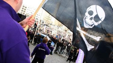 Dommen på et års fængsel til piratgruppen Pirate Bays bagmænd skabte stor utilfredshed og et nyt parti. ACTA møder samme kritik for at tage hensyn til industrien frem for brugerne.