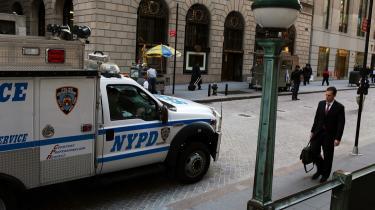 Obama-administrationen har mødt massiv modstand mod ønsket om at give de terror-sigtede fra 11. september en civil retssag. I New York City sagde borgmester Michael Bloomberg først ja til, at rets-sagen kunne føres på Manhat-tan, men efter voldsomme protester fra byens borgere og vælgere trak han tilsagnet tilbage. Også den tidligere borgmester, Rudolph W. Giuliani, har udtrykt bekymring for sikkerhedsopgaven forbundet med en eventuel retssag på Manhattan.