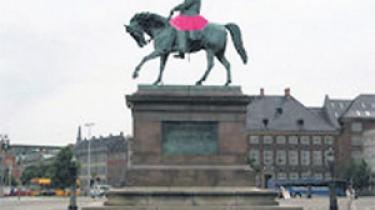 Når du cykler på arbejde mandag morgen, har to streetart-kunstnere givet de mandlige statuer i København lyserøde tylskørter på i kvindekampens navn. Projektgruppen Pink Patriarken ønsker at gøre opmærksom på manglen på kvindelige statuer