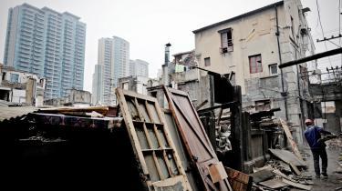 Huse i Shanghai bliver revet ned, så nye ejendomme kan opføres. Ejendomspriserne i Kina stiger og stiger -  men spørgsmålet er, hvor længe det varer.