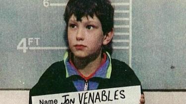 Debatten om offer vs. morder raser igen i Storbritannien, efter Jon Venables, der myrdede den kun to-årige James Bulger, da han kun var 10 år, har overtrådt betingelserne for sin løsladelse. Jon Venables har i dag en ny identitet, og offentligheden har kun dette billede af ham, fra da han blev anholdt efter barnemordet.