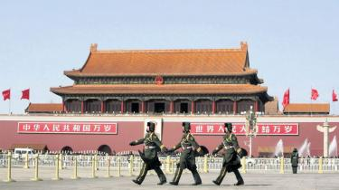 Kinas udenrigsminister afviser beskrivelsen af Kina som aggressiv. Målet for landets udenrigspolitik er naturligvis at beskytte Kinas økonomiske udvikling og territoriale integritet, siger udenrigsministeren, der opfordrer omverdenen til at blive bedre til at analysere Kina