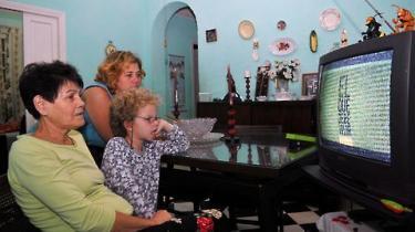 Cubas legendariske revolutionsleder overlevede 638 attentatforsøg -  herunder eksploderende cigarer og forgiftede lommetørklæder. Hans overlevelsesevner dokumenteres nu i en stort anlagt tv-serie fra Cubas statsfjernsyn