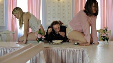 Både skuespillere og tilskuere ydmyges i Republiques 'Saló'-forestilling i en privat villa på Østerbro. Blandt andet havde en af gæsterne en ubehagelig og ydmygende oplevelse, da hun efter et besøg blev inviteret til at at besøge huset igen og lave mad til deltagerne.