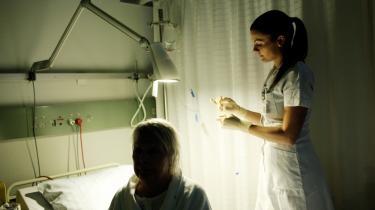 Mindre tid. Fyringerne vil betyde serviceforringelser for patienterne, vurderer Sarah. Ikke på sikkerheden eller det faglige, men på alt det andet, som f.eks. tiden til at snakke med patienterne.