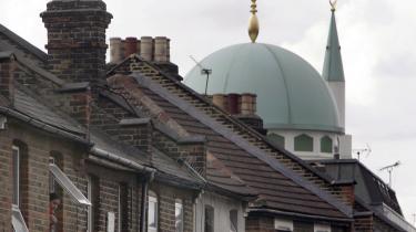 Overvågning. Særligt de muslimske samfund har været mistænkeliggjort: Overvågning af religiøse skoler, moskeer, islamiske boghandlere og centre. Og det har bidraget til en opdeling i dem, vi kan lide - og dem, vi frygter
