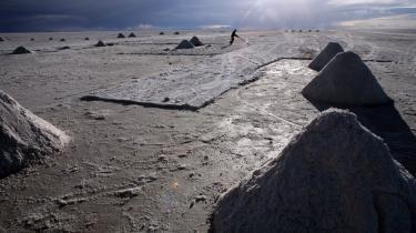 Saltsøen Salar de Uyuni dækker over verdens største forekomst af metallet lithium, der kan gøre det fattige Bolivia meget velhavende meget hutigt. Men vejen til at få metallet op af jorden og pengene fra det ned i bolivianernes lommer er mere kringlet.