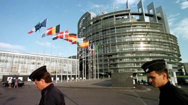 Med stemmerne 633 for og 13 imod kræver EU-Parlamentet nu, at ACTA-forhandlingerne skal frem i lyset. Danmark støtter åbenhed, siger udenrigsministeren. Kommissionen vil smyge sig udenom, vurderer EU-politiker