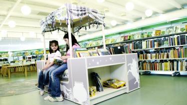 På bibliotekerne skal man kunne købe dansk litteratur og oversat litteratur - rigtig litteratur, mener forlagsbranchen. Her to piger på Greve Bibliotek syd for København.