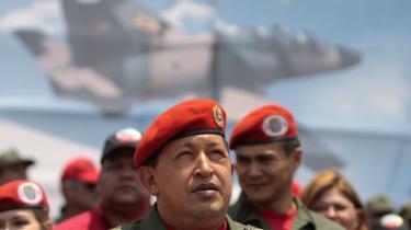 Præsident Hugo Chavez inddrager med hård hånd sendetilladelser for uafhængige radio-og tv-stationer for at bringe oppositionen og satirikere til tavshed i en tid, hvor Venezuela kæmper med stigende økonomiske, sociale vanskeligheder og folkelige protester.