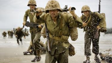 Den amerikanske filmstjerne, instruktør og producent Tom Hanks står sammen med Steven Spielberg bag den stort anlagte, 250 millioner dollar dyre miniserie 'The Pacific', der, som titlen antyder, handler om den del af Anden Verdenskrig, som amerikanerne udkæmpede mod japanerne i Stillehavet efter angrebet på Pearl Harbor i 1941.