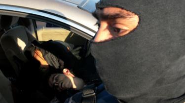 En mexicansk elitesoldat iklædt elefanthue for ikke at kunne blive genkendt i civil står ved en bil med ligene af to formodede narkohandlere, som blev skudt ved et opgør, der kostede 30 mand livet i  søndags. Flere end 15.000 mennesker er blevet dræbt i Mexico de seneste tre år under den ultravoldelige kamp mellem narkokarteller og myndighederne og hærens kamp mod svøben.