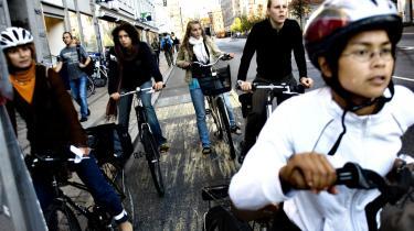 Vi vi virkelig leve i et samfund, hvor vi sender skæve blikke til dem, der kører uden cykelhjelm, ikke malker koen selv eller ikke spiser økologisk, spørger Maise Njor.