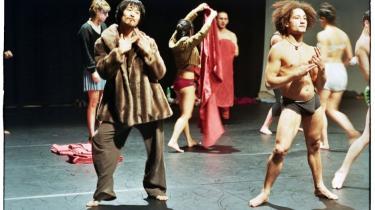 Musklerne tonser, men blikkene ender alligevel i det følelsesstærke belgiske dansegæstespil 'Out of Context' med 'Les Ballets C de la B'.