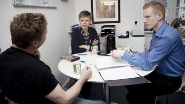 Ville være med. Bankrådgiver Brian Rasmussen (TH) er 25 år og hjælper i sin fritid gældsramte ud af deres knibe. Lisa Christiansen er med som bisidder til sin første frivillige rådgivningstime i KFUM's projektet 'På fode igen'.